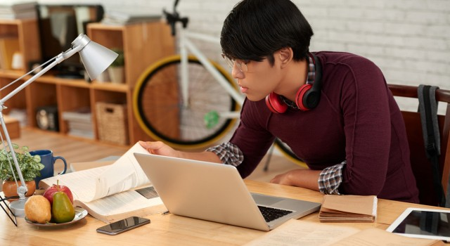 Comment aider son adolescent à préparer son code de la route ?