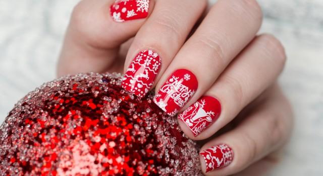 Manucure rouge et motifs hivernaux