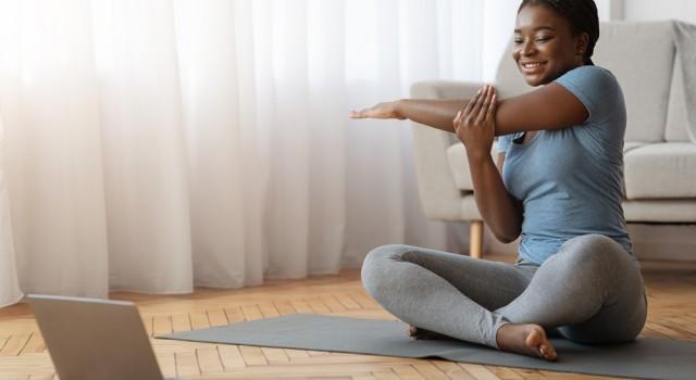 Santé : 9 exercices à faire à la maison pour soulager les tensions musculaires