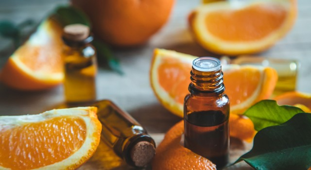 Piqûres de moustique, coups de soleil... Découvrez les 8 huiles essentielles indispensables de l'été