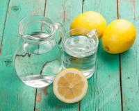 6 avantages à boire de l'eau tiède citronnée au réveil