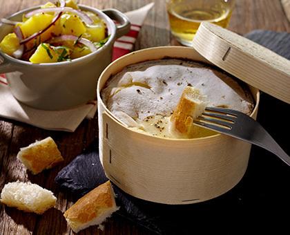 Mont d'Or crémeux salade de pomme de terre aux oignons rouge et lardons