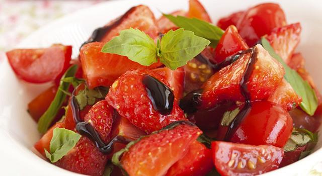 Salade de fraises et de tomates cerise au vinaigre