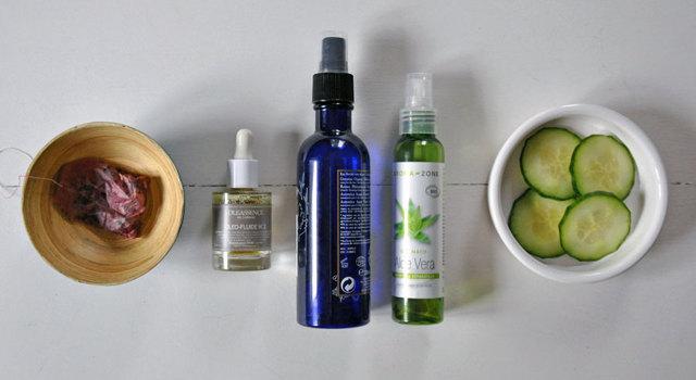 Ingrédients naturels pour estomper les cernes et poches : thé, aloe vera, eau de bleuet, concombre, huiles essentielles