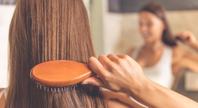 femme se coiffant les cheveux