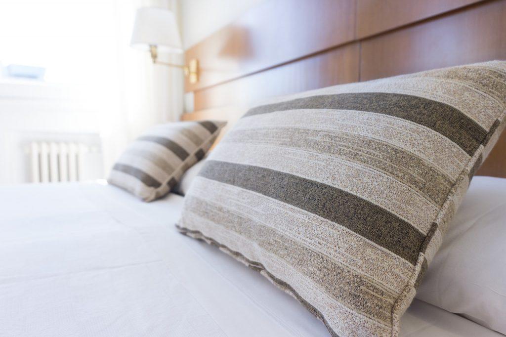 Chambre et lit pour illustrer la prévention contre la contamination croisée dans la chambre