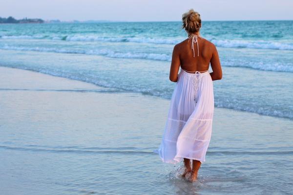 Pourquoi ne pas profiter des vacances pour garder une belle siljouette avec un ventre plat et des fesses galbées grâce à ces exercices à faire à la plage