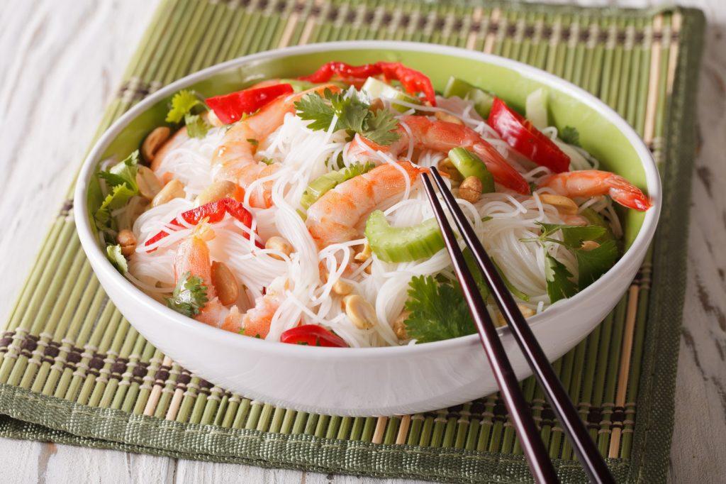Bol de salade thaï crevettes cacahuètes