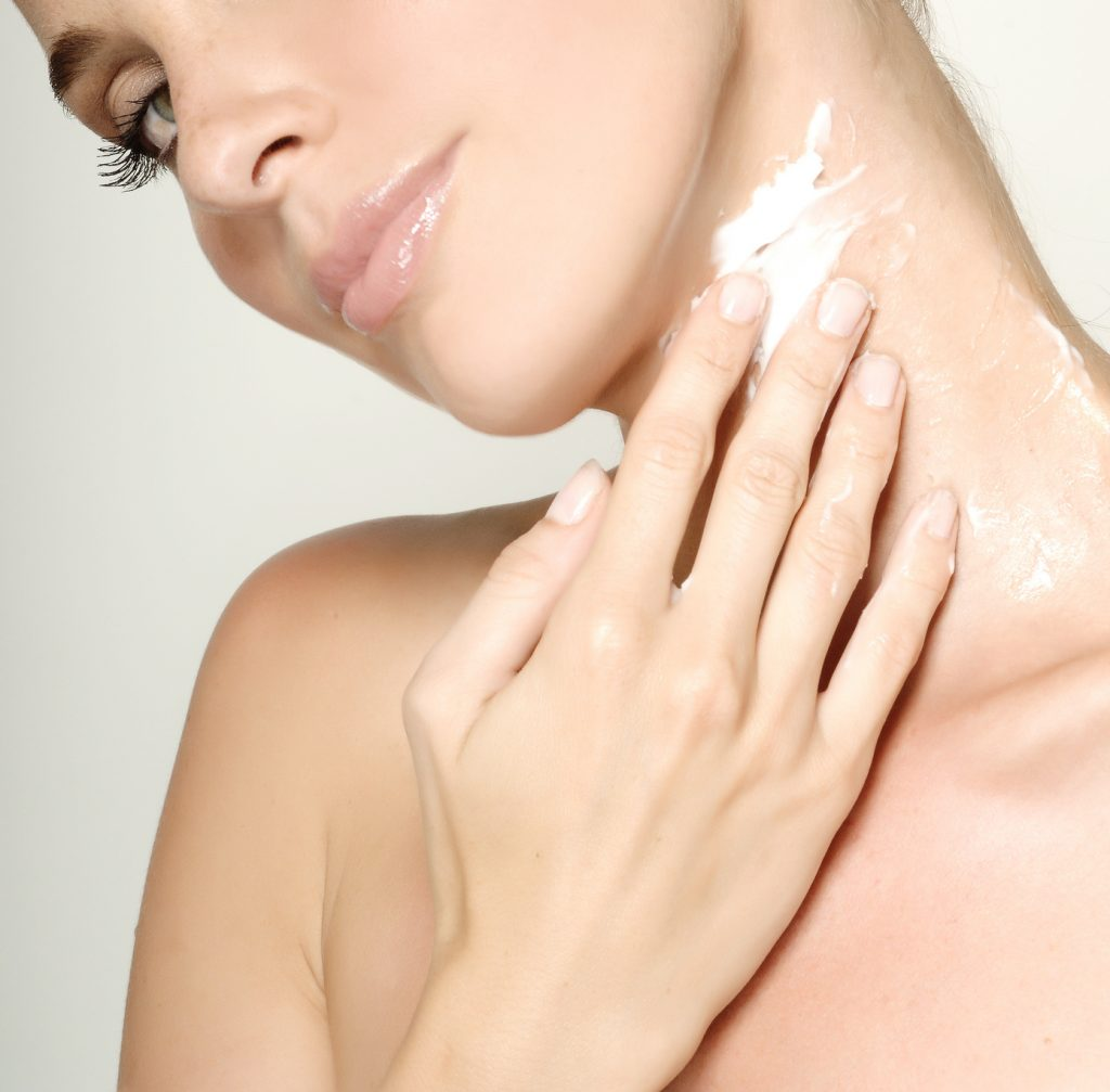 Rajeunir : bien hydrater son cou avec des produits anti-âge
