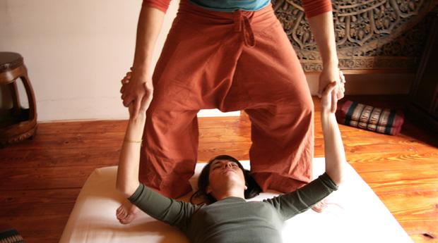 Pour soulager ou prévenir les douleurs articulaires, il existe différentes méthodes comme le massage indien Abhyanga ou la relaxation coréenne